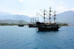 Σκάφος πειρατών στη θάλασσα στα πλαίσια των βουνών Στοκ φωτογραφίες με δικαίωμα ελεύθερης χρήσης
