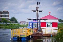 Σκάφος πειρατών στις αποβάθρες Στοκ φωτογραφία με δικαίωμα ελεύθερης χρήσης