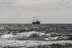 Σκάφος πειρατών στο θαλάσσιο ορίζοντα Στοκ Εικόνες