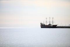 Σκάφος πειρατών στο νερό της θάλασσας της Βαλτικής Στοκ Εικόνα