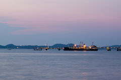 Σκάφος πετρελαιοφόρων στο χρόνο λυκόφατος θαλάσσιων λιμένων Στοκ Φωτογραφίες