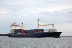 σκάφος ποταμών εμπορευμ&alp Στοκ Εικόνες