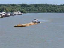 Σκάφος ποταμών που μεταφέρει το φορτίο Στοκ Εικόνα