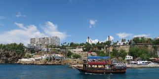 Σκάφος που αφήνει το λιμάνι Antalya στο Oldtown Kaleici Στοκ Φωτογραφία