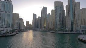 Σκάφος που επιπλέει στη μαρίνα του Ντουμπάι μεταξύ των ουρανοξυστών γυαλιού στα Ηνωμένα Αραβικά Εμιράτα απόθεμα βίντεο