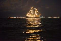 Σκάφος που καίγεται στη θάλασσα στοκ εικόνες