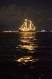 Σκάφος που καίγεται στη θάλασσα στοκ εικόνες με δικαίωμα ελεύθερης χρήσης