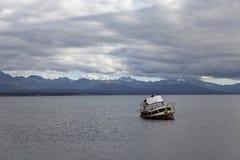 Σκάφος που οργανώνεται προσαραγμένο στη λίμνη fagnano στοκ εικόνες με δικαίωμα ελεύθερης χρήσης