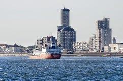 Σκάφος που πηγαίνει στη θάλασσα στην προκυμαία Vlissingen στοκ εικόνα