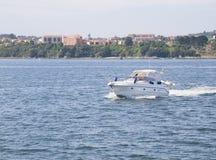 Σκάφος που πλέει μέσω της θάλασσας Στοκ φωτογραφίες με δικαίωμα ελεύθερης χρήσης