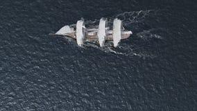 Σκάφος που πλέει κατά την εναέρια τοπ άποψη τραχιών θαλασσών φιλμ μικρού μήκους