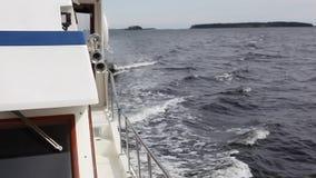 Σκάφος που πλέει με τη θάλασσα απόθεμα βίντεο