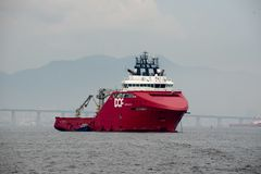 σκάφος που σταματούν στον κόλπο Guanabara, που περιμένει να ελλιμενίσει στο λιμένα στοκ εικόνες