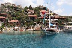 Σκάφος που στηρίζεται κοντά στην πόλης ακτή στοκ εικόνες