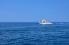 Σκάφος που ταξιδεύει στην μπλε θάλασσα στοκ εικόνες