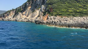 Σκάφος που ταξιδεύει κοντά στην ακτή, ιόνια θάλασσα, νησί της Ελλάδας, Λευκάδα απόθεμα βίντεο