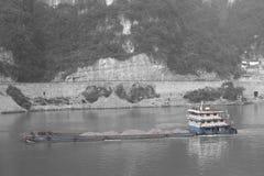 Σκάφος που ταξιδεύει μέσω της ρύπανσης στον ποταμό Yangtze, Κίνα Στοκ Φωτογραφία