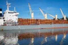 Σκάφος που φορτώνεται με την ξυλεία Στοκ εικόνες με δικαίωμα ελεύθερης χρήσης