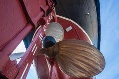 Σκάφος ρυμουλκών του Hull κινηματογραφήσεων σε πρώτο πλάνο λεπίδων προωστήρων ορείχαλκου Στοκ Εικόνα
