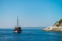 Σκάφος στη θάλασσα από τους βράχους Στοκ εικόνες με δικαίωμα ελεύθερης χρήσης
