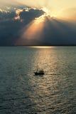 Σκάφος στον κόλπο Antalya στο ηλιοβασίλεμα στην Τουρκία Στοκ φωτογραφία με δικαίωμα ελεύθερης χρήσης