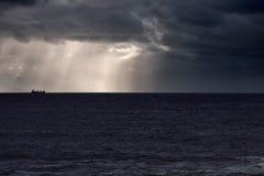 Σκάφος στον ορίζοντα ενάντια στον ουρανό με τις ηλιαχτίδες Στοκ φωτογραφία με δικαίωμα ελεύθερης χρήσης