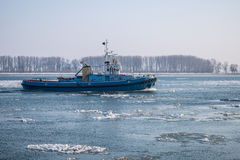 Σκάφος στον παγωμένο ποταμό Δούναβη στη χειμερινή εποχή από τη Ρουμανία Στοκ φωτογραφίες με δικαίωμα ελεύθερης χρήσης