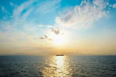 Σκάφος στο Αιγαίο πέλαγος με τον ουρανό φαντασίας και δραματική ανατολή το πρωί Στοκ Εικόνα