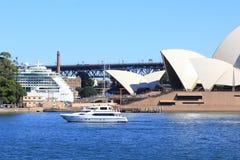 σκάφος Σύδνεϋ οπερών σπιτιών κρουαζιέρας βαρκών Στοκ Εικόνα