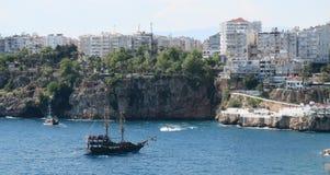 Σκάφος τακτοποιημένο το λιμάνι Oldtown Antalya - Kaleici, στην Τουρκία Στοκ εικόνες με δικαίωμα ελεύθερης χρήσης