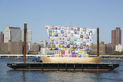 Σκάφος της ανοχής κατά τη διάρκεια του φεστιβάλ 2013 τεχνών Dumbo στο Μπρούκλιν Στοκ φωτογραφία με δικαίωμα ελεύθερης χρήσης