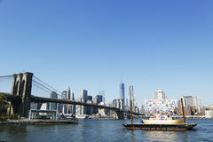 Σκάφος της ανοχής στο μέτωπο της γέφυρας του Μπρούκλιν κατά τη διάρκεια του φεστιβάλ 2013 τεχνών Dumbo στο Μπρούκλιν Στοκ Εικόνες
