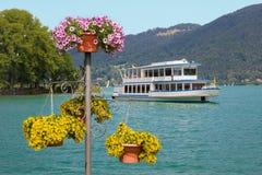 Σκάφος της γραμμής επιβατών στα κακά λουλούδια λιμανιών και καλοκαιριού wiessee στη λίμνη Στοκ φωτογραφία με δικαίωμα ελεύθερης χρήσης