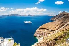 Σκάφος της γραμμής κρουαζιέρας κοντά στα ελληνικά νησιά Στοκ φωτογραφία με δικαίωμα ελεύθερης χρήσης