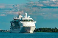 Σκάφος της γραμμής κρουαζιέρας πολυτέλειας στο ταξίδι Στοκ εικόνες με δικαίωμα ελεύθερης χρήσης