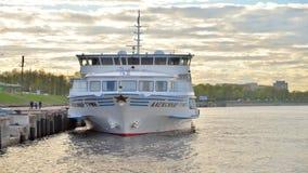 Σκάφος της γραμμής κρουαζιέρας ποταμών και ανάχωμα του ποταμού Neva απόθεμα βίντεο