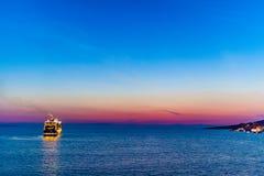 Σκάφος της γραμμής κρουαζιέρας που αφήνει την αλβανική ακτή κοντά σε Saranda στοκ φωτογραφία