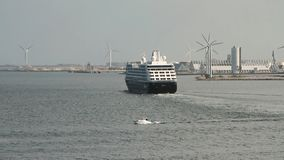 Σκάφος της γραμμής κρουαζιέρας που αφήνει το λιμένα Κοπεγχάγη Δανία