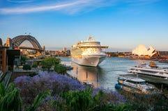 Σκάφος της γραμμής κρουαζιέρας που επισκέπτεται το λιμάνι του Σίδνεϊ, Αυστραλία Ελεύθερη απεικόνιση δικαιώματος