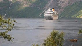 Σκάφος της γραμμής κρουαζιέρας σε Geirangerfjord Stranda, Νορβηγία απόθεμα βίντεο