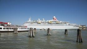 Σκάφος της γραμμής κρουαζιέρας του Fred Olsen στη Βενετία Στοκ εικόνα με δικαίωμα ελεύθερης χρήσης