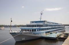 Σκάφος της γραμμής που ονομάζεται το στρατηγό Vatutin στον ποταμό Dnipro στην πόλη του Κίεβου Στοκ εικόνα με δικαίωμα ελεύθερης χρήσης