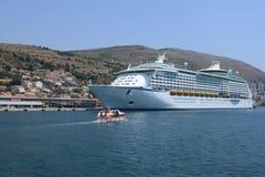 Σκάφος της γραμμής στο υπόβαθρο της πόλης και των βουνών Dubrovnik Κροατία στοκ εικόνες με δικαίωμα ελεύθερης χρήσης
