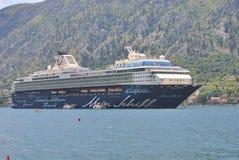 Σκάφος της γραμμής Mein Schiff κρουαζιέρας στον κόλπο Kotor Στοκ Φωτογραφία