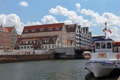 Σκάφος τουριστών και ζωηρόχρωμες προσόψεις των σπιτιών της παλαιάς πόλης του Γντανσκ, Πολωνία Στοκ Εικόνα