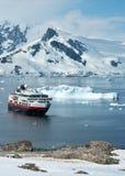 Σκάφος τουριστών που στέκεται στο στενό κοντά στην αποικία Στοκ εικόνα με δικαίωμα ελεύθερης χρήσης