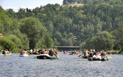 σκάφος τρεξίματος ποταμών χαρτονιών Στοκ Φωτογραφία
