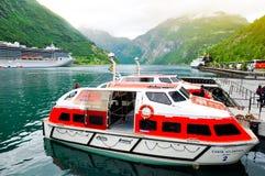 σκάφος φιορδ κρουαζιέρ&alp Στοκ Εικόνες