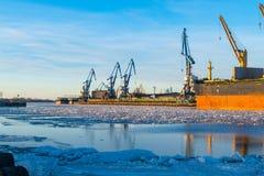 Σκάφος φορτίου φορτίου εμπορευματοκιβωτίων με τη λειτουργώντας γέφυρα γερανών στο ναυπηγείο το πρωί για το λογιστικό υπόβαθρο εισ Στοκ φωτογραφία με δικαίωμα ελεύθερης χρήσης
