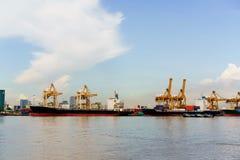 Σκάφος φορτίου φορτίου εμπορευματοκιβωτίων φόρτωσης στο τερματικό εμπορευματοκιβωτίων Στοκ εικόνες με δικαίωμα ελεύθερης χρήσης